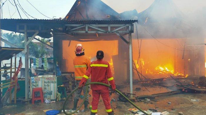 Kebakaran yang melanda lima unit ruko dan satu kedai papan di Jalan Pemda Kecamatan Pangkalan Kerinci Kabupaten Pelalawan.