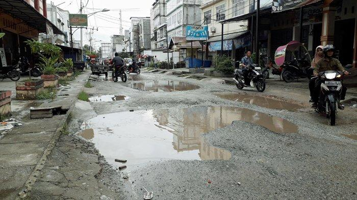 Jalan di Tembilahan Rusak Bertahun-tahun, Warga Tembilahan Somasi Bupati, DPRD, dan PUPR Inhil