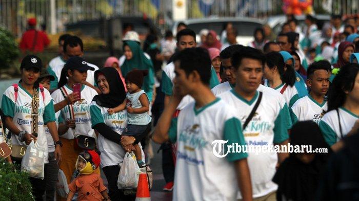 FOTO: Belasan Ribu Orang Ikut Jalan Sehat Tribun Pekanbaru Bersama Luwak White Koffie - jalan-sehat-tribun-pekanbaru-dan-luwak-white-koffie-2018_20180429_133718.jpg