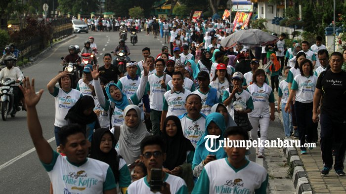 FOTO: Belasan Ribu Orang Ikut Jalan Sehat Tribun Pekanbaru Bersama Luwak White Koffie - jalan-sehat-tribun-pekanbaru-dan-luwak-white-koffie-2018_20180429_133724.jpg