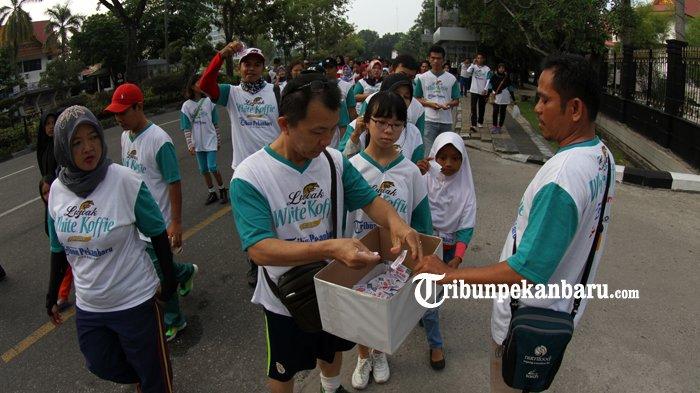 FOTO: Belasan Ribu Orang Ikut Jalan Sehat Tribun Pekanbaru Bersama Luwak White Koffie - jalan-sehat-tribun-pekanbaru-dan-luwak-white-koffie-2018_20180429_133832.jpg
