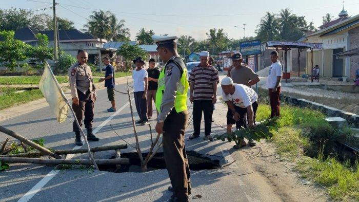 Lubang Besar Menganga di Jalan Lintas Pekanbaru-Kuansing Km 52 Desa Kebun Durian Kampar Riau
