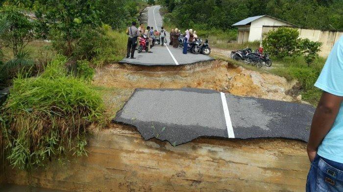 Jalan di Bangkinang Kota Ini Tak Sebagus Namanya, Terlantar Sejak Longsor 2017 Silam