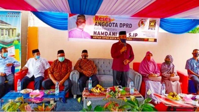Ketua DPRD Pekanbaru Hamdani SIP (berdiri) saat menerima aspirasi dalam reses di RW 05 Simpang Tiga Bukitraya, Pekanbaru, Sabtu (28/11/2020).