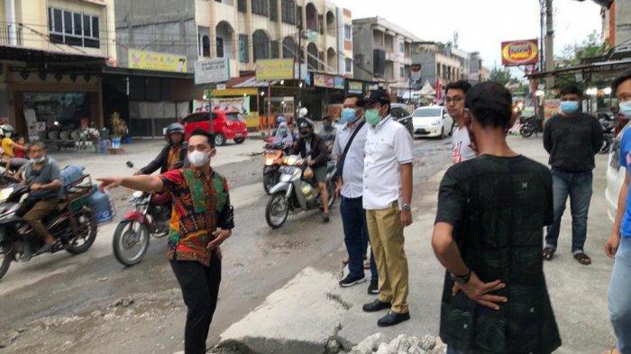 Wakil Ketua DPRD Pekanbaru Ginda Burnama ST (Baju putih pakai topi hitam), saat meninjau Jalan Pemuda, Kelurahan Tampan Kecamatan Payung Sekaki, yang rusak, Jumat (18/12 /2020).