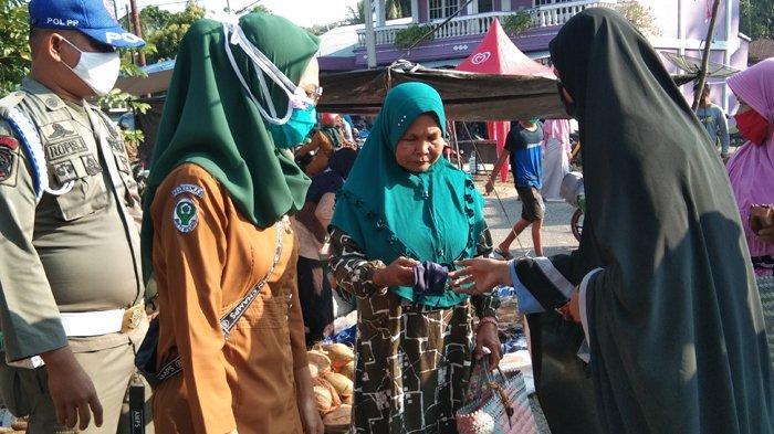 Jalani New Normal, Mahasiswa Kukerta Relawan Covid-19 UNRI Bagikan Masker Kain Gratis kepada Lansia