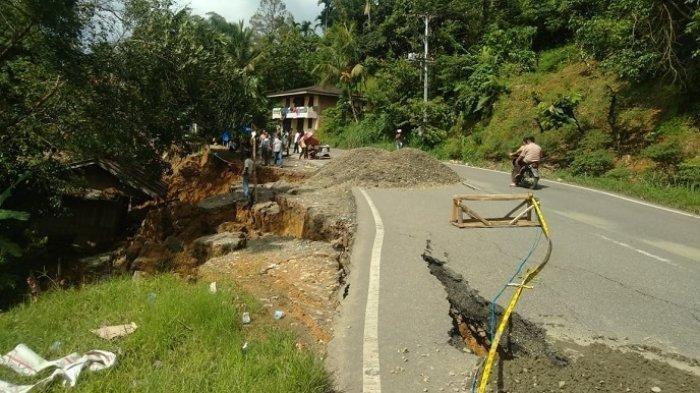 Jalan Sumbar-Riau Nyaris Amblas di Koto Alam Pangkalan, Kendaraan Masih Bisa Lewat Sistem Buka Tutup