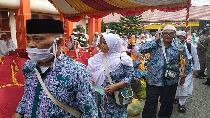 Live FB - Jemaah Haji Riau Tiba, di Inhu 332 Jamaah Haji Disambut di Halaman Kantor Bupati Inhu