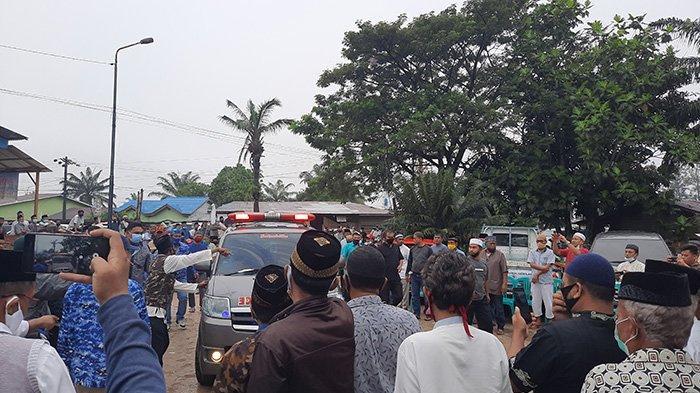 Tangisan Keluarga dan Pelayat Pecah Saat Jenazah Wawako Dumai Eko Suharjo Tiba di Rumah Duka