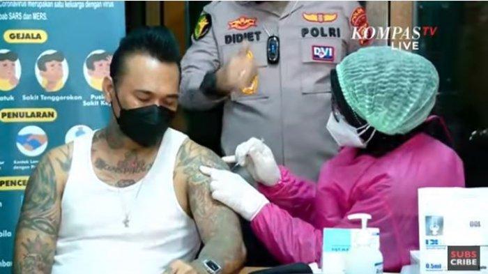 Jerinx SID mendapatkan vaksinasi Covid-19 di Polda Metro Jaya