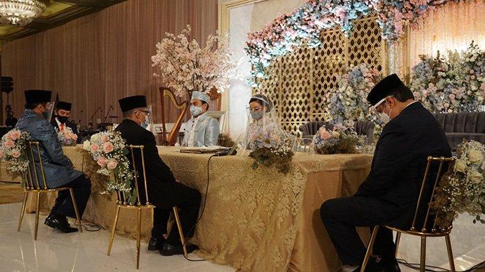 Presiden Jokowi dan Menko Perekonomian Airlangga Hartarto jadi saksi pernikahan putri Ketua Fraksi Partai Golkar MPR RI Idris Laena.