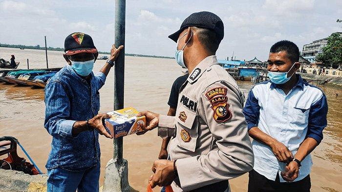 Buruh Pelabuhan Tertegun Dapat Rezeki, Program Jumat Barokah Polres Inhil dan FSPTD