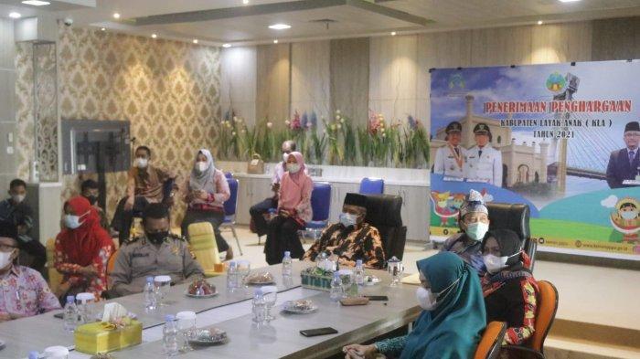 Bupati Alfedri dan Wakil Bupati SiakHusni Merza, bersama jajaran menyaksikan bersama acara pengumuman pemberian penghargaan yang dibuka oleh Menteri Pemberdayaan Perempuan dan Perlindungan Anak (PPPA) I Gusti Ayu Bintang  Darmawati secara virtual, Kamis (29/7/2021) di Ruang Bandar Siak.