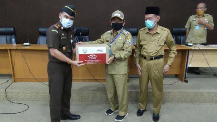 Kejari Pelalawan Serahkan 100 Paket Sembako dari Kejati Riau untuk Warga Terdampak Covid-19