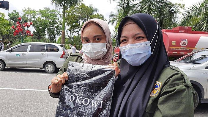 Jokowi Bagi Kaos Usai Tinjau Vaksinasi Massal di Riau,Feni Senang Dapat 1,Warna Hitam Ini Desainnya