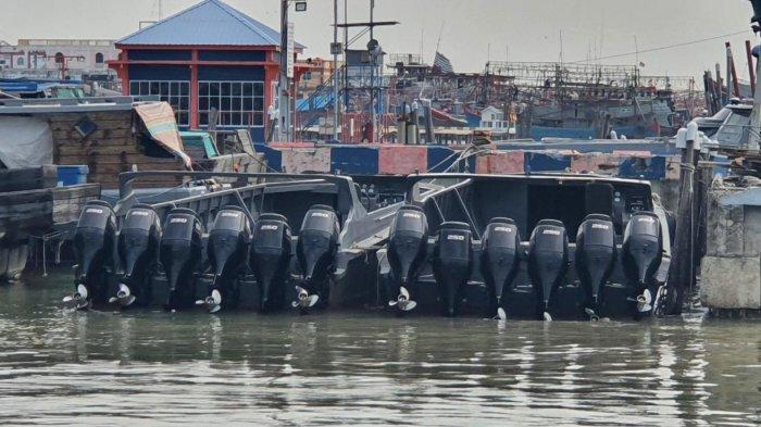Empat kapal High Speed Craft (HSC) dan satu kapal tanpa nama bermuatan rokok ilegal di Perairan Puluh Buluh, Riau.