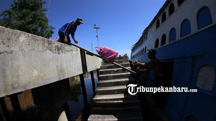 FOTO: Aktifitas di Pelabuhan Sungai Duku Masih Normal - kapal-motor-jelatik-pelabuhan-sungai-duku-arus-mudik-lebaran_20180605_140923.jpg