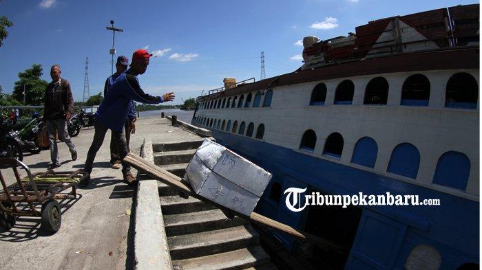 FOTO: Aktifitas di Pelabuhan Sungai Duku Masih Normal - kapal-motor-jelatik-pelabuhan-sungai-duku-arus-mudik-lebaran_20180605_141019.jpg
