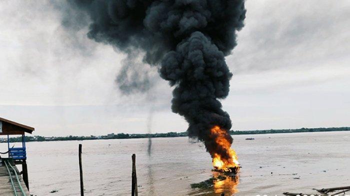 Kapal motor terbakar di Perairan Sungai Indragiri Tembilahan, Kabupaten Inhil, Riau, Selasa (20/4/2021).