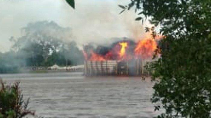 Sinarmas Kerahkan Helikopter, Kapal Tongkang Pengangkut Kayu PT Arara Abadi Terbakar di Sungai Siak