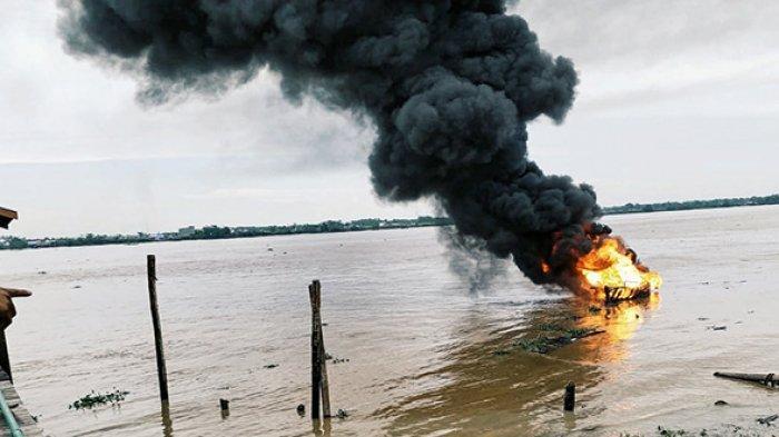 Kapal Motor di Inhil Riau Terbakar,Asap Hitam Mengudara Jadi Tontonan Warga,Diduga Usai Lakukan Ini