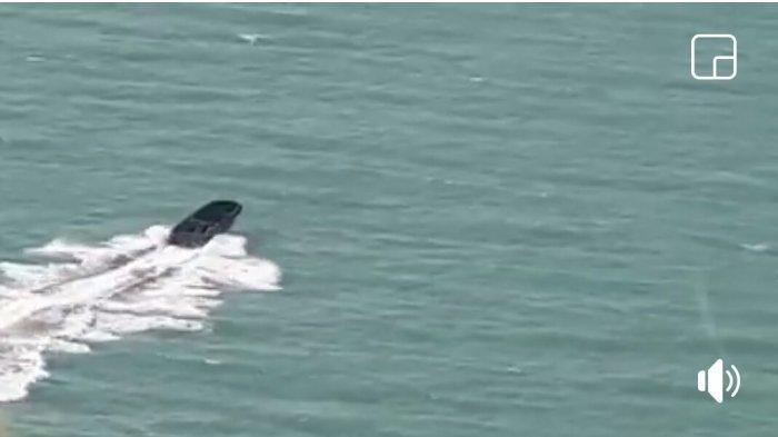 Kapal yang biasa dipakai menyelundup barang terlarang dan ilegal tersebut, terlihat tengah diburu anggota Direktorat Polair Polda Kepualauan Bangka Belitung menggunakan helikopter