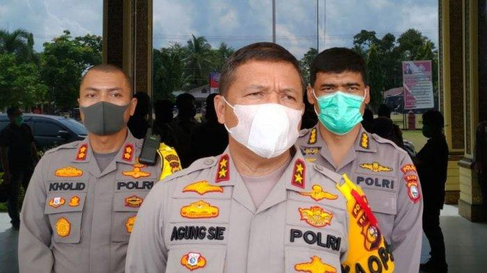 Kapolda Riau Irjen Pol Agung Setya Imam Effendi (tengah)