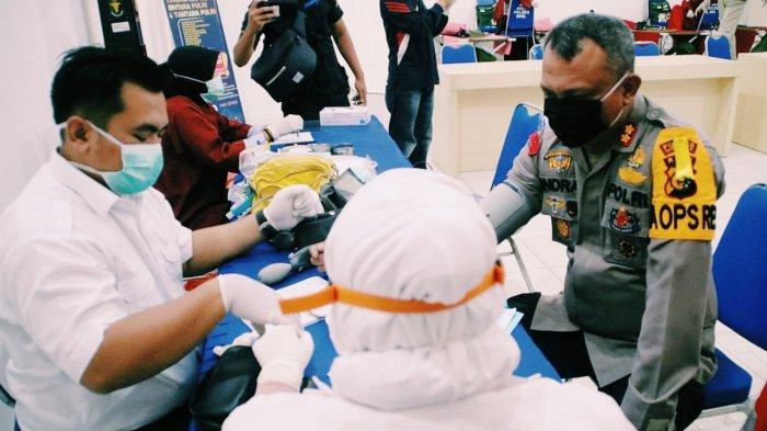 Jaga Kestabilan Stok PMI Selama Wabah Covid-19, Anggota Polres Inhil Donorkan Darah