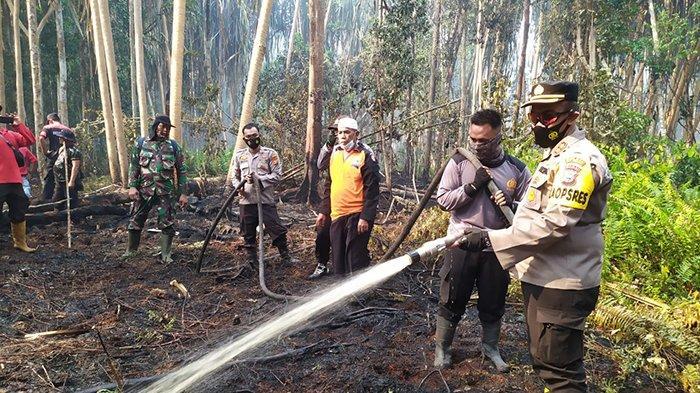 Karhutla di Kepulauan Meranti, Kapolres Langsung Turun Pimpin Pemadaman Api di Pulau Padang