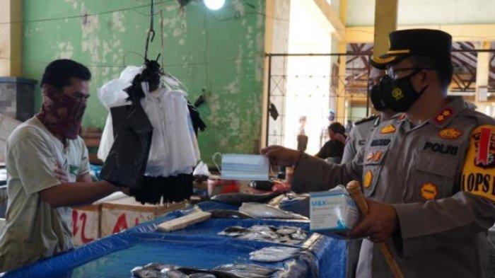 Kapolres Siak Tinjau Pasar Belantik Raya di Kecamatan Siak Sambil Bagikan Masker