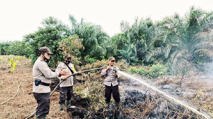 Kapolsek GAS Iptu Agus Susanto melakukan pendinginan Karhutla di wilayah Desa Rambaian, Kecamatan Gaung Anak Serka (GAS), Kabupaten Inhil, Selasa (23/2/2021).