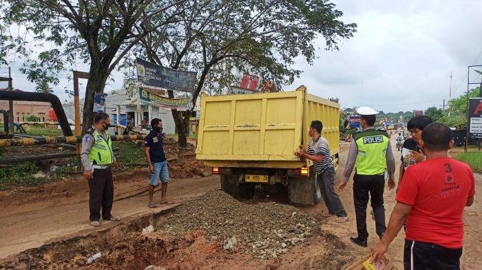Jalan Lintas Petapahan - Simpang TB di Kabupaten Kampar Rusak Parah dan Memprihatinkan