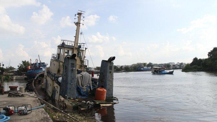 Sedang Bongkar Muat, KM Teluk Bintuni Ditabrak KM Hilir Mas
