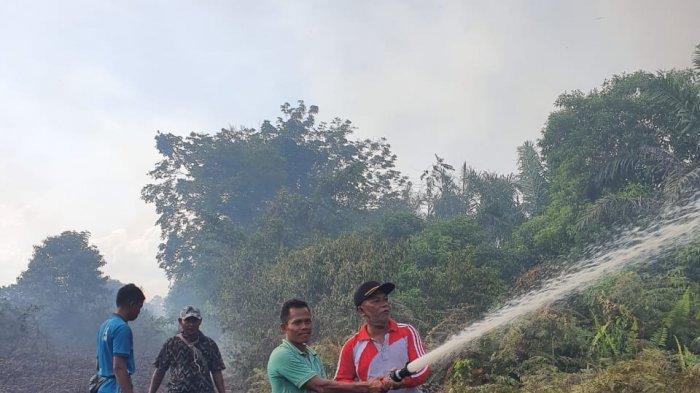 Hajar Titik Api yang Muncul di Desa Segamai Pelalawan Riau, Dua Helikopter Jatuhkan Bom Air