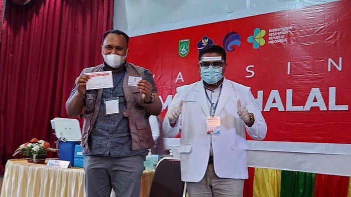 Ketua DPRD Kota Dumai Agus Purwanto menunjukkan kartu vaksinasi Covid-19 sebagai tanda bukti sudah divaksin.