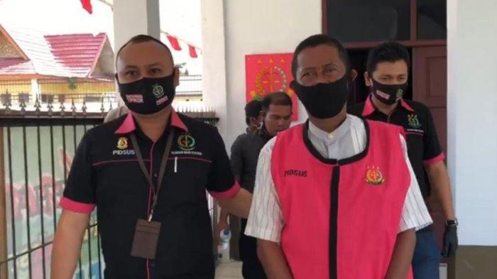 Kasi Pidsus Kejaksaan Negeri (Kejari) Pelalawan, Andre Antonius SH menggiring tersangka dalam menahan Kepala Desa Sungai Upih Kecamatan Kuala Kampar berinisial HU pada Jumat (4/9/2020) siang pekan lalu.