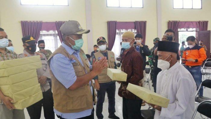 Kasus Covid-19 Melonjak di Kecamatan Bungaraya, Bupati Siak Turun Tangan Bagikan Masker