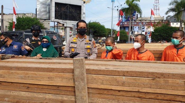 Diupah Rp150 Ribu Per Trip, 4 Pelaku Pengangkut Kayu Ilegal di Dumai Dibekuk, Pemberi Order Kabur