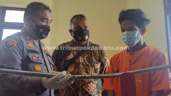 Pelaku pemukulan terhadap istri sendiri RR dihadirkan saat ekspos di Mapolsek Rumbai Pesisir, Pekanbaru, Jumat (19/3/2021).