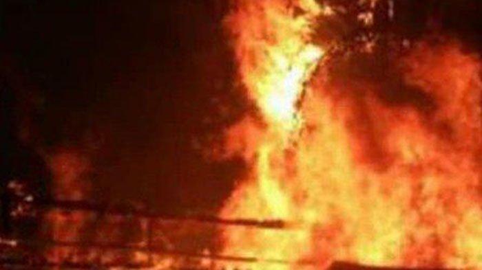 Pasangan Kekasih Ini Nyaris Terbakar Hidup-hidup setelah Mobil Mereka Sengaja Dibakar