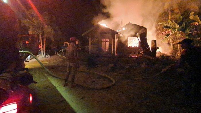 Panik Lihat Bunga Api di Dapur,Istri Bangunkan Suami,Rumah Hangus Terbakar di Pelalawan,Penyebabnya?