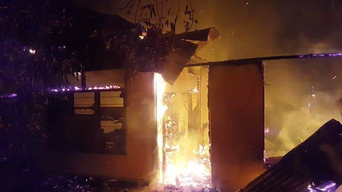 Api masih menyala dalam kebakaran rumah di Desa Rambah Tengah Hilir, Rohul.