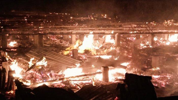 Detik-detik kobaran api menghanguskan 11 unit rumah warga di Jalan Puri Tujuh, Kelurahan Tagaraja Guntung, Kecamatan Kateman, Selasa (23/3) pukul 01.30 WIB.