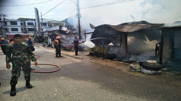 Kebakaran tiga unit rumah petak di Jalan Sumber Sari, Kelurahan Tanjung Rhu, Kecamatan Limapuluh, Kota Pekanbaru, Sabtu (10/4/2021).