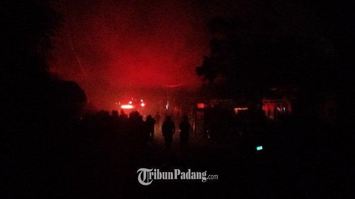 Kebakaran di Wisma Indah IV Jalan Raya Medan, Siteba, Kecamatan Nanggalo, Kota Padang, Sumbar, Sabtu (9/10/2021)