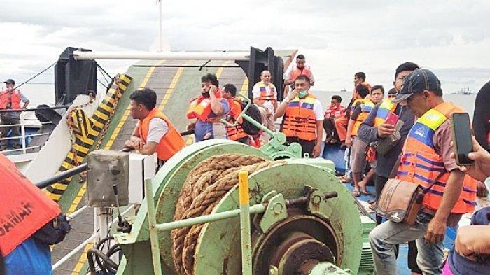 KEBAKARAN KAPAL - Para penumpang saat bersiap menyelamatkan diri dalam musibah kebakaran mesin kapal Gunsa 8 yang hendak menuju Pelabuhan Tanjung Api-api, Senin (12/7).