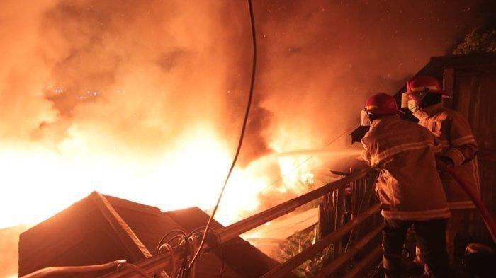 Kebakaran melahap sejumlah rumah di kawasan Balikpapan Barat sejak Sabtu (5/6/2021) malam dan berhasil dipadamkan sekitar pukul 02.20 Wita, Minggu (6/6/2021) dini hari.