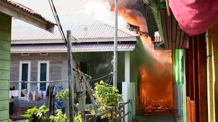Kebakaran di Dumai, kobaran api yang terjadi di kawasan Kampung Wisata, Kelurahaan Laksamana, Kecamatan Dumai Kota, sekitar pukul 15:15 Kamis (1/7/2021), menghanguskan sekitar tujuh rumah dan satu masjid.