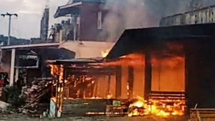 Masyarakat mencoba memadamkan api diwarung yang terbakar di Jalan Lintas Timur, RT 09 RW 04, Kelurahan Selensen, Kecamatan Kemuning, Kabupaten Inhil, Selasa (1/6/2021) sekitar pukul 17.30 WIB.