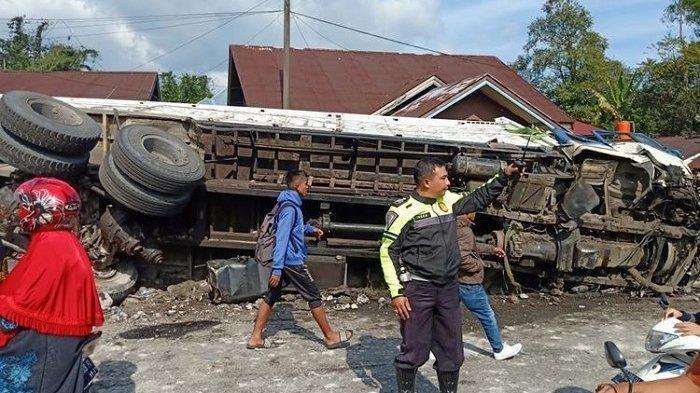 Kecelakaan Beruntun di Jalan Padang-Bukittinggi Melibatkan 8 Kendaraan, Sebuah Rumah Ikut Hancur